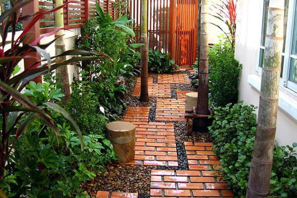 Садовая дорожка из кирпича и щебня