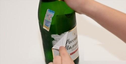 Удаление этикетки с бутылки.