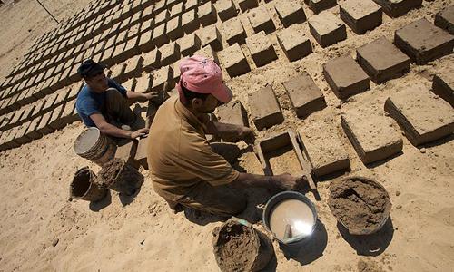 Производство кирпичей из глины и соломы