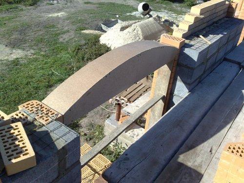 Шаблон будущей арки изготавливается из листа ДСП с использованием ДВП и деревянных брусков.