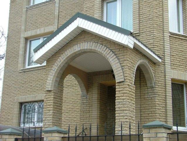 на сегодяшний день считается модным строить кирпичные арки. В виде арок можно сделать и ворота, и межкомнатные двери.