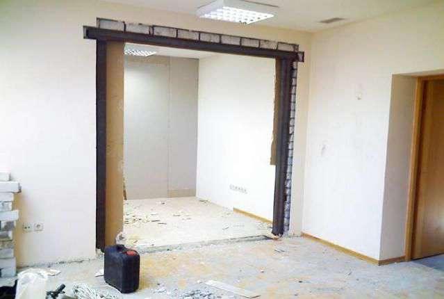 Дверной проем в кирпичной стене