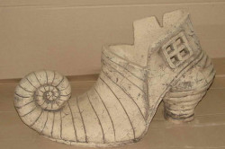 Из шамотной глины производят разнообразные керамические изделия, способные украсить дом и помочь в быту.