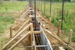 Конструкция фундамента определяется весом и особенностями конструкции верхней части забора, а также параметрами грунтов в месте установки.