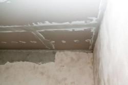 Если вы хотите получить профессиональный вид, то вы не должны штукатурить двух смежные стены (которые образуют угол) сразу. Подождите несколько часов, пока штукатурка высохнет немного.