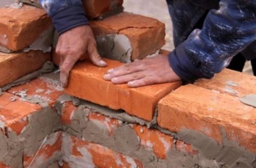 Первый угол ряда начинают выкладывать с уложенных углом трёх четвертей кирпича. В случае если стены нагружены мало, под оконными проемами можно использовать кирпичи, разбитые пополам.