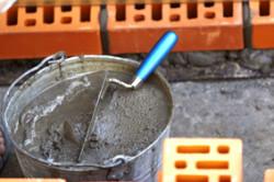 Чтобы класть кирпичную стену, необходим раствор. Его замешивают вручную или при помощи электрических инструментов (различных растворомешалок и бетономешалок).