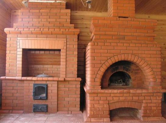 Огнеупорный шамотный кирпич можно и нужно использовать для постройки каминов и печей.
