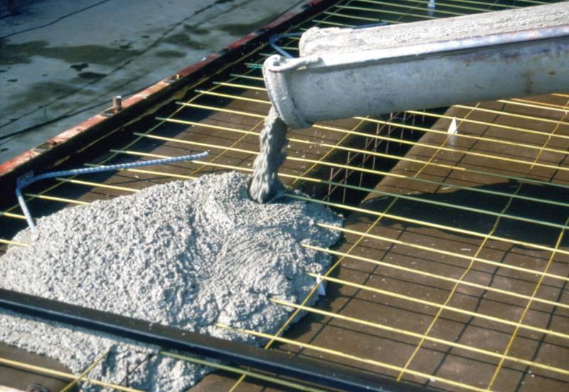 Существует огромное множество разновидностей бетонных смесей. Все их можно разделить на 4 основных класса: это особо тяжелые (М400 и М450), применяемые на строительстве гидротехнических, подземных и прочих сооружений, тяжелые (М300 и М350), использующиеся в монолитном строительстве, облегченные (М200 и М250), применяемые для устройства стяжек и легкие (Бетон М100 и М150).
