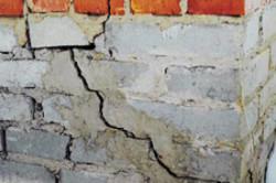 Как устранить трещину в кирпичной стене
