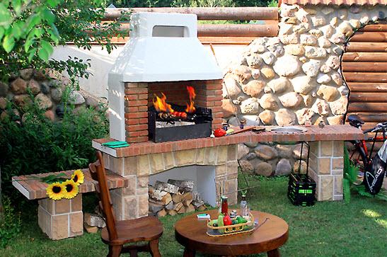 Кирпичные мангалы бывают разных форм и размеров: от маленьких печей до целых варочно-жарочных комплексов.