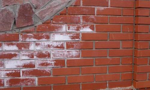 Соль на кирпичной стене