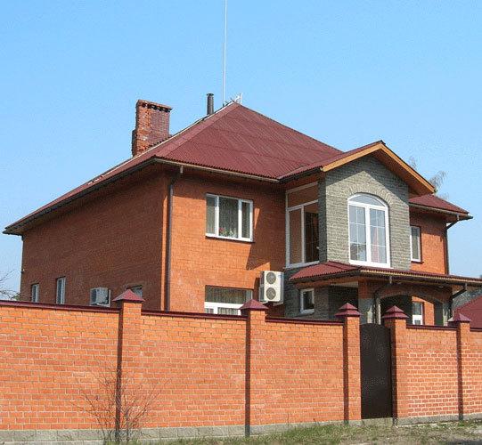 Дом с кирпичным дымоходом