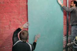 Выравнивать стены с помощью гипсокартона.