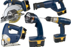 Инструменты, необходимые для демонтажа и ремонта стен, среди которых дрель, перфоратор, электроотвертка.
