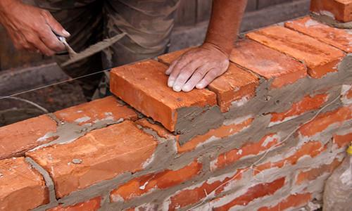 Во время ремонта квартиры может возникнуть необходимость сноса кирпичной стены. Выполнять такую работу должны только профессионалы.