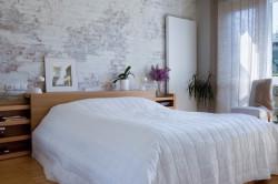 Окрашенная кирпичная стена в спальне