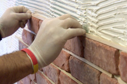 Крепление декоративного кирпича к стене