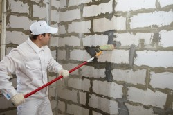 Выравнивание кирпичных стен с помощью штукатурки.