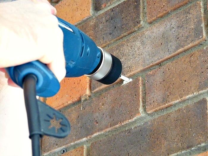 При работе с кирпичными стенами необходимо использовать исключительно только сверло.