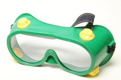 Защитные очки при резке тротуарной плитки