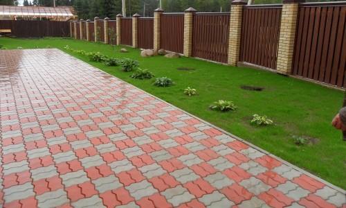 Прочная тротуарная плитка на бетонном основании