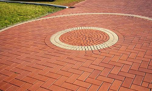 Вид хорошо уложенной тротуарной плитки