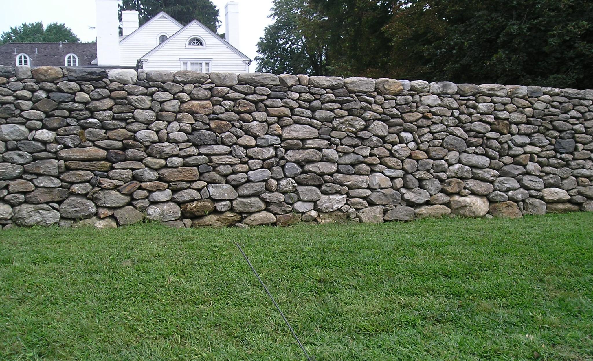 Использование каменной кладки для строения забора