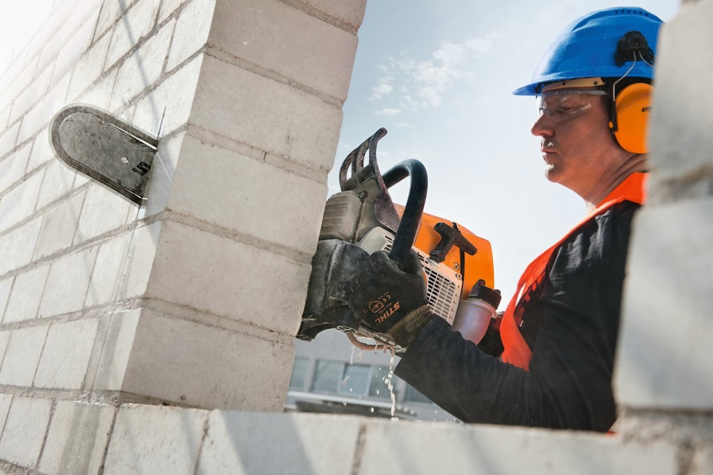 Резка кирпичной стены бетонорезом