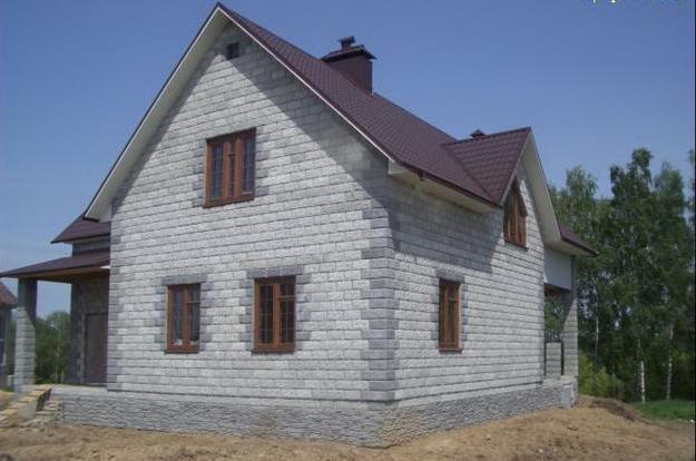 Дома из пеноблоков популярны ввиду дешевого материала.