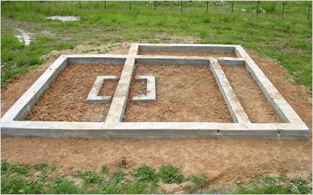 Обычный ленточно-бетонный фундамент делают шириной 350-400 миллиметров.