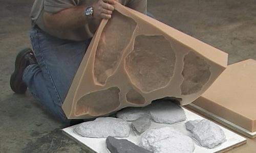 Извлечение искусственных камней из резиновой формы