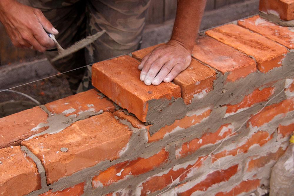 Кирпичная кладка является очень сложным и трудоемким процессом. Неправильная укладка может привести к разрушению постройки.