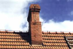 Кирпичный дымоход несет дым