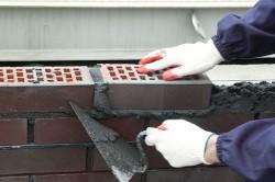 На кирпичную кладку расходуется практически одинаковое количество цемента. Основным отличием раствора для укладки кирпича считается марка цемента.