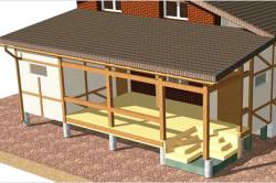 Обычно крыша на пристройке делается односкатной и более пологой, чем  основная крыша. Чтобы крыша веранды гармонировала с основной кровлей, её нужно накрывать теми же материалами, что использовались для создания крыши основного дома.