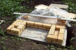 Первый ряд кладки мангала из кирпича
