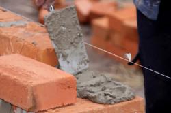 Между камнями натягивается шнурка так, чтобы она точно соответствовала верхнему наружному углу укладываемого ряда.