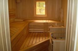 Отделка парилки производится различными породами древесины. Именно лиственные породы лучше всего переносят резкие температурные скачки, повышенную влажность и высокую температуру.
