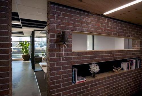 Интерьер комнаты со стенами под кирпич