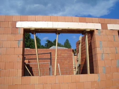 Перемычки выполняют, применяя опалубку из досок, толщина которых 4-5 см. Можно в этом качестве воспользоваться смонтированными в кладке коробками окон и дверей, предварительно защитив древесину слоем толя.