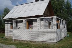 Стены изготавливают из кирпича, шлакоблока, пеноблока толщиной 20 -25 см с последующей теплоизоляцией стен при помощи пенопласта или прессованными листами минеральной ваты толщиной 40-50 см с последующей штукатуркой.