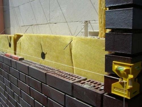 Применение плиточных утеплителей, используемое при других кладках, выгоднее. Они крепятся с внутренней стороны стен с помощью фиксаторов и синтетических связующих.