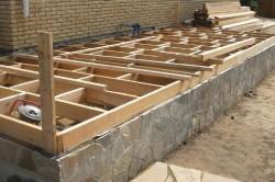 Если веранда имеет небольшую длину, то достаточно заложить фундаментные столбы под каждой угловой стойкой. Если же веранда планируется длинной, то стоит заложить промежуточные фундаментные столбы.