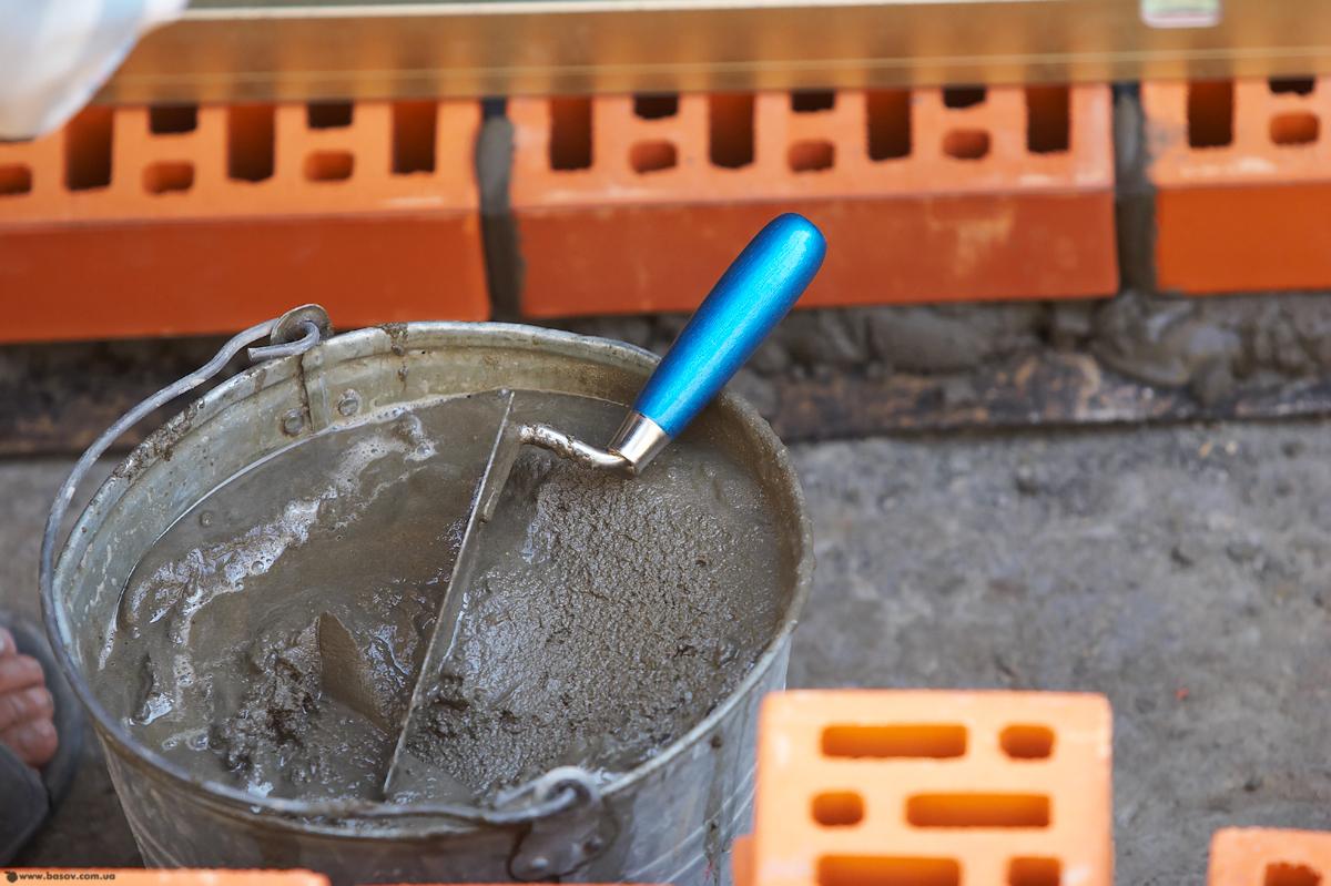 В своем составе цементный раствор имеет три основных компонента: вода, песок и цемент. Пропорции цементного раствора могут значительно отличаться, в зависимости от целей применения будущего раствора.