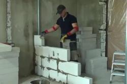 Из пеноблоков отлично выходят межкомнатные перегородки, или не толстые стены в подсобных помещениях.