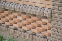 Один из плюсов кирпича – его можно  использовать для декоративного украшения стен, заборов, каминов и много другого.