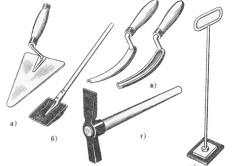 Инструменты для кирпичной кладки: кельма, растворная лопата, расшивки, молоток-кирка,  швабровка.