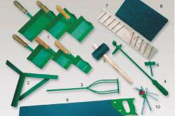 Инструменты для кладки газбетона: специальные кельмы для нанесения раствора, угольник для резки под прямым углом, насадки для дрели, ручной штроборез, резиновый молоток, насадка на дрель для отверстий, грубая терка с металлическими зубцами, терка с крупнозернистой шкуркой, пила с твердосплавными зубьями.