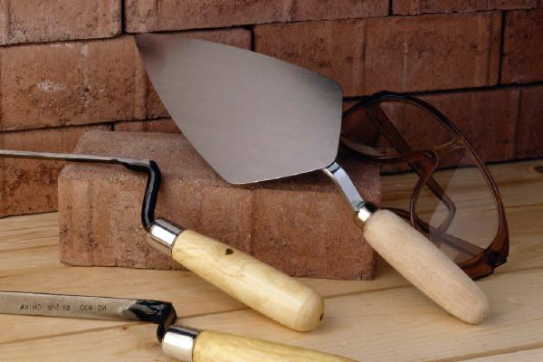 Для того, чтобы производить кладку из кирпича понадобятся соответствующие инструменты.